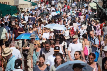 Overtourism in Venice. Photography and video by photographer Marco Panzetti. Dense crowd in Venice's Riva degli Schiavoni, one of the biggest open spaces in the old town.